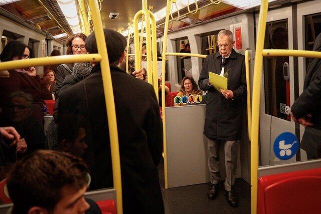 عکس ، رئیس جمهور اتریش در مترو در حال خواندن متن