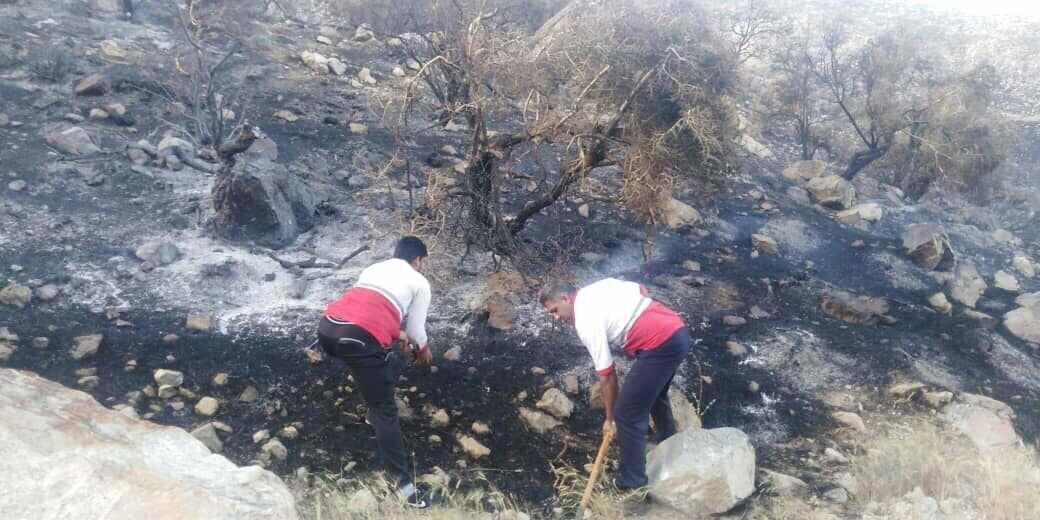 خبرنگاران امدادرسانی هلال احمر کرمان در مهار آتش سوزی های جنوب و شرق این استان